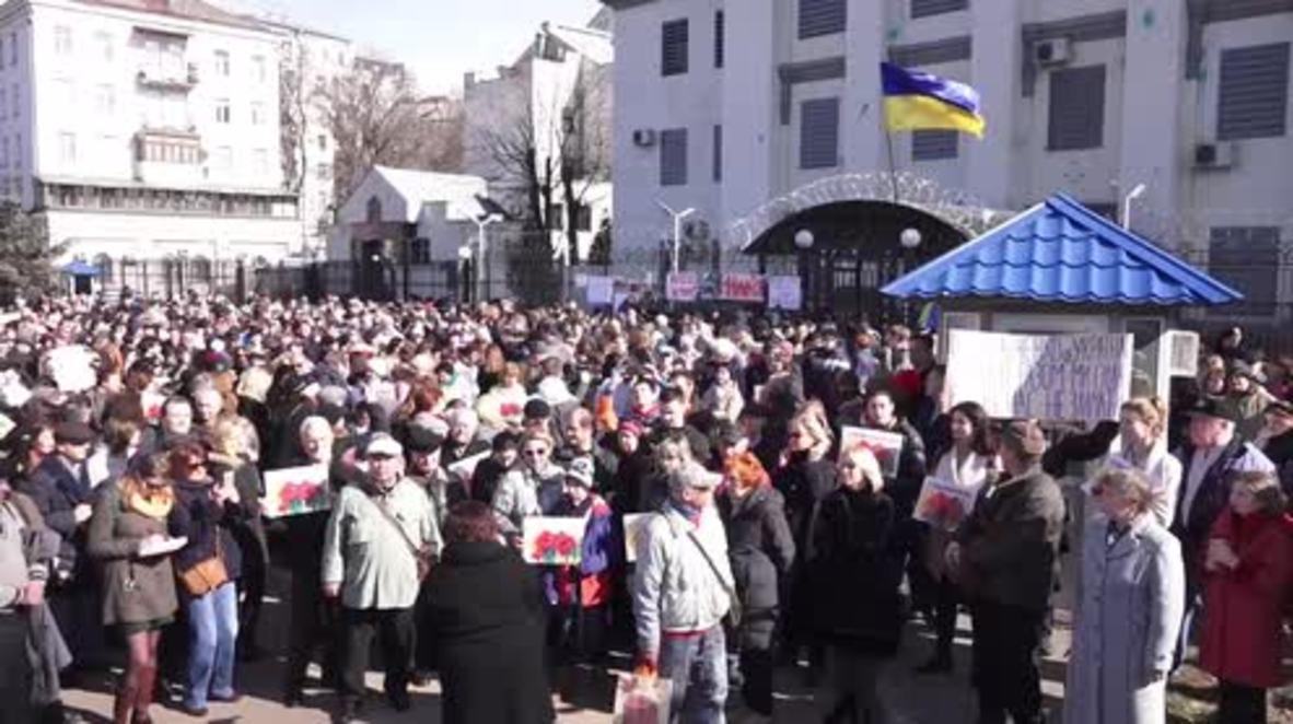 Ukraine: Protesters return to Russian embassy over detention of Ukrainian officer Savchenko