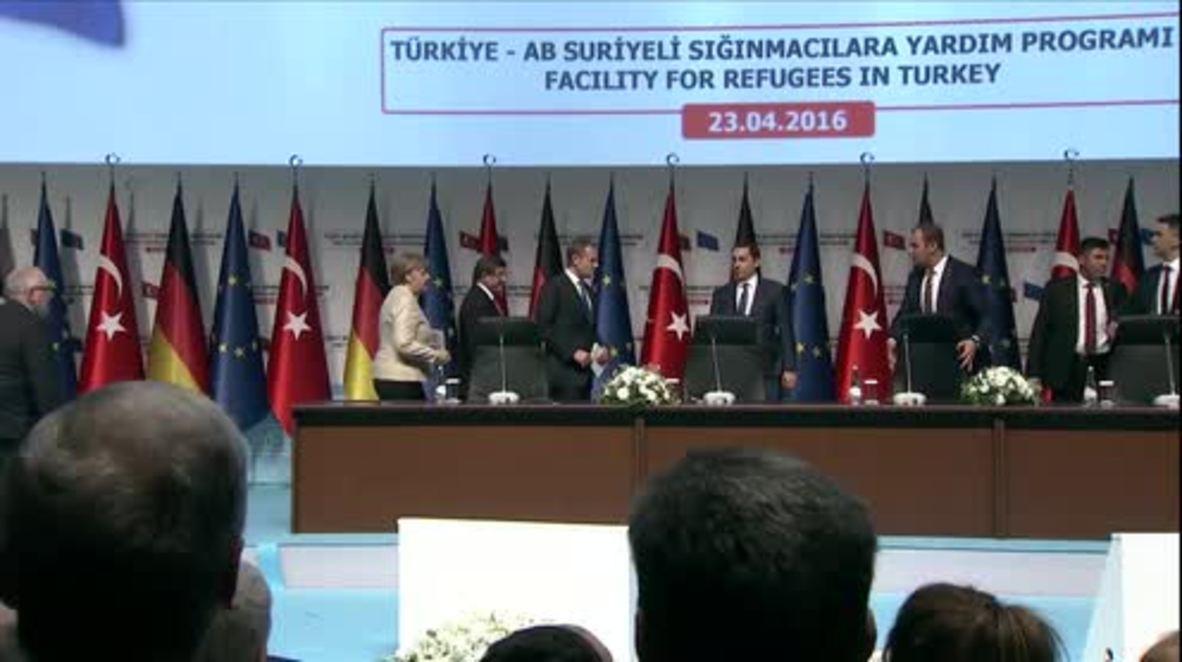 Turkey: Tusk praises Turkey over treatment of refugees