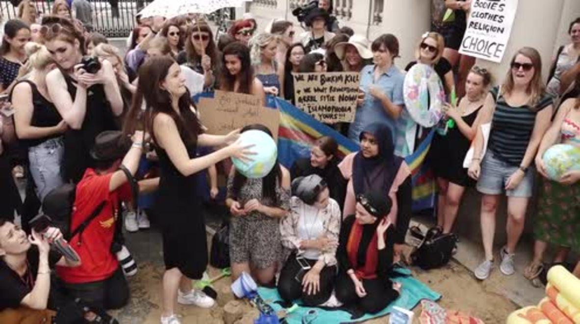 UK: Feminists, anti-racists, vicars decry 'burkini' ban outside French embassy