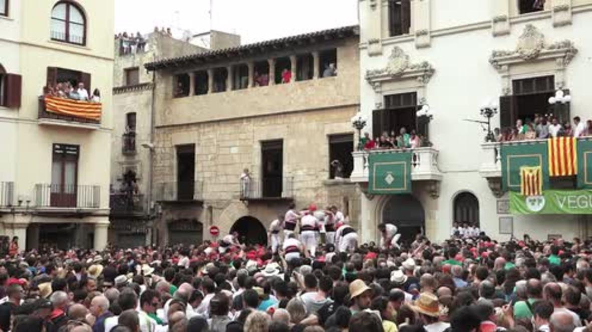 Spain: Human towers reach dizzying heights in honour of Saint Felix