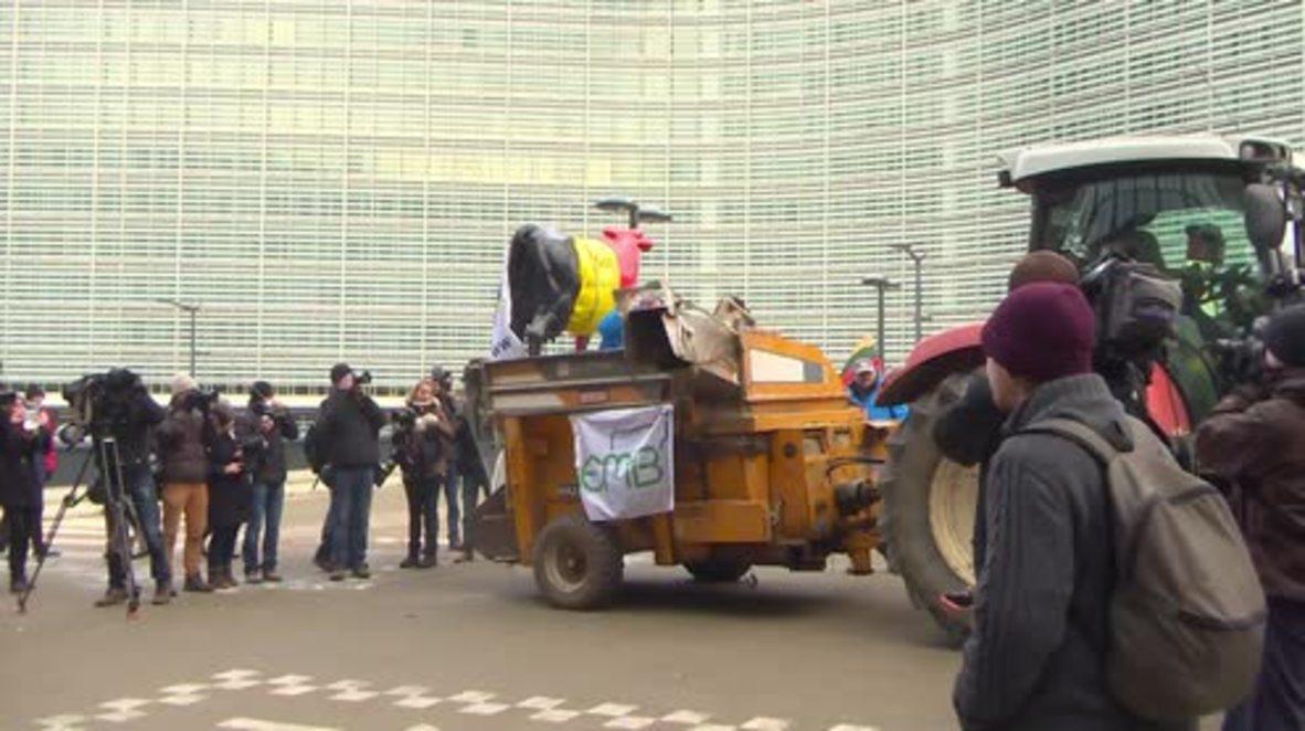 Belgium: Farmers cover EU buildings with milk powder