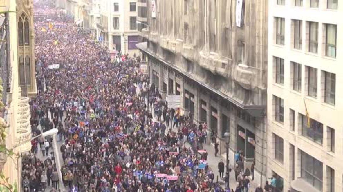 Spain: Hundreds of thousands demand govt. take more refugees in Barcelona