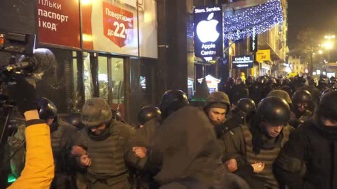 Ukraine: Nationalists smash up Russian bank in Kiev