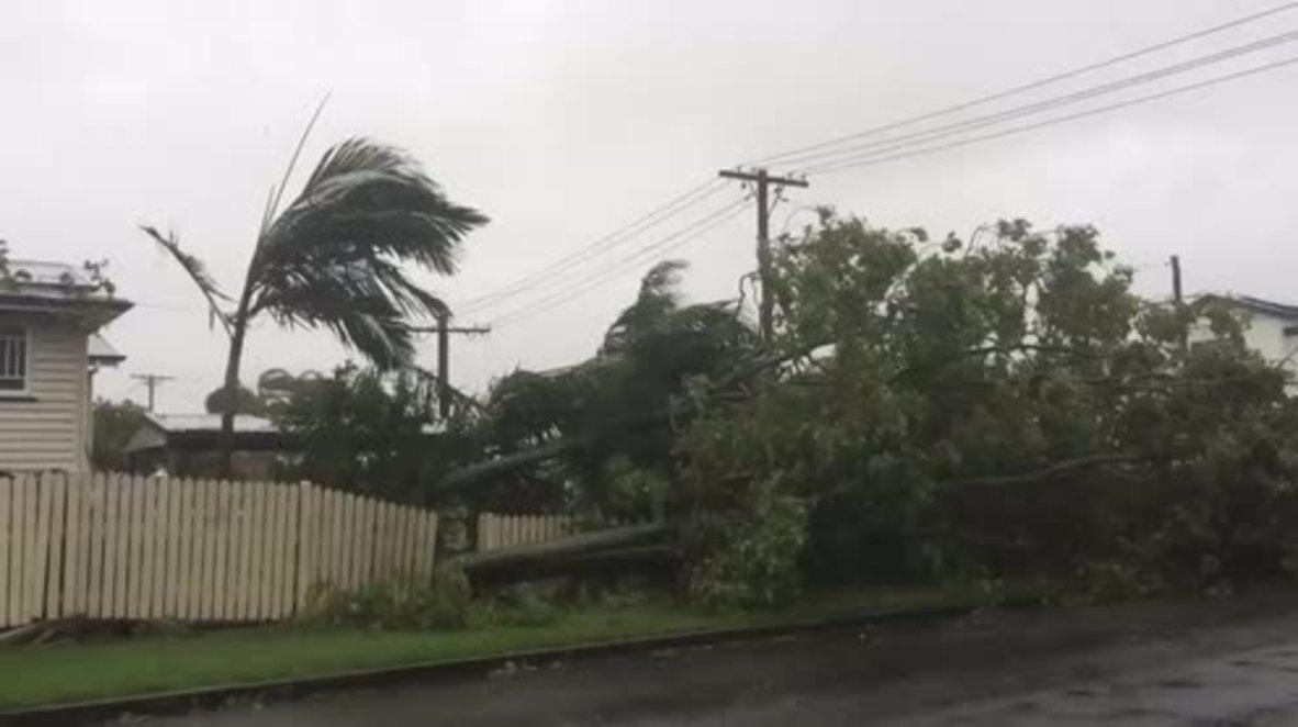 Australia: Cyclone Debbie batters Mackay shoreline, thousands evacuated