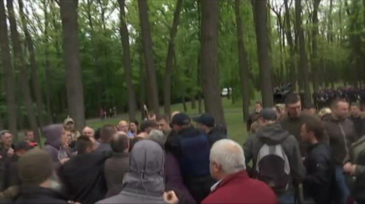 Ukraine: Brawls erupt as nationalists disrupt Kharkov Immortal Regiment action