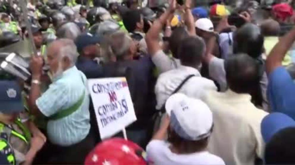 Venezuela: Pensioners scuffle with police in latest anti-Maduro protests