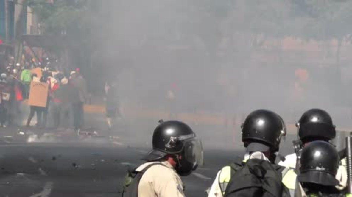 Venezuela: Violence continues as anti-govt. protesters battle police in Caracas
