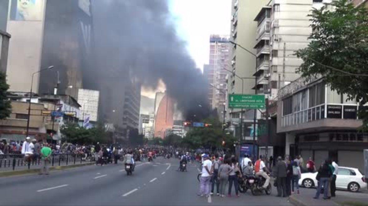 Venezuela: Mass evacuation as anti-govt protesters petrol bomb court building