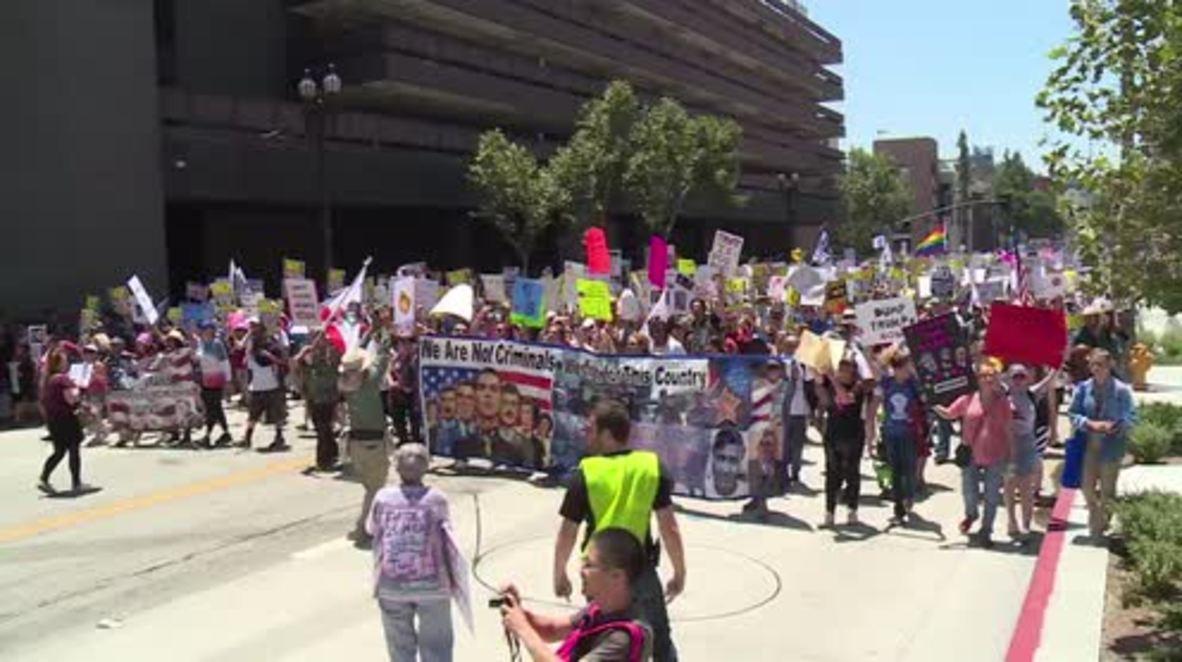 USA: 'Follow the money!' Protesters call for Trump's impeachment in LA