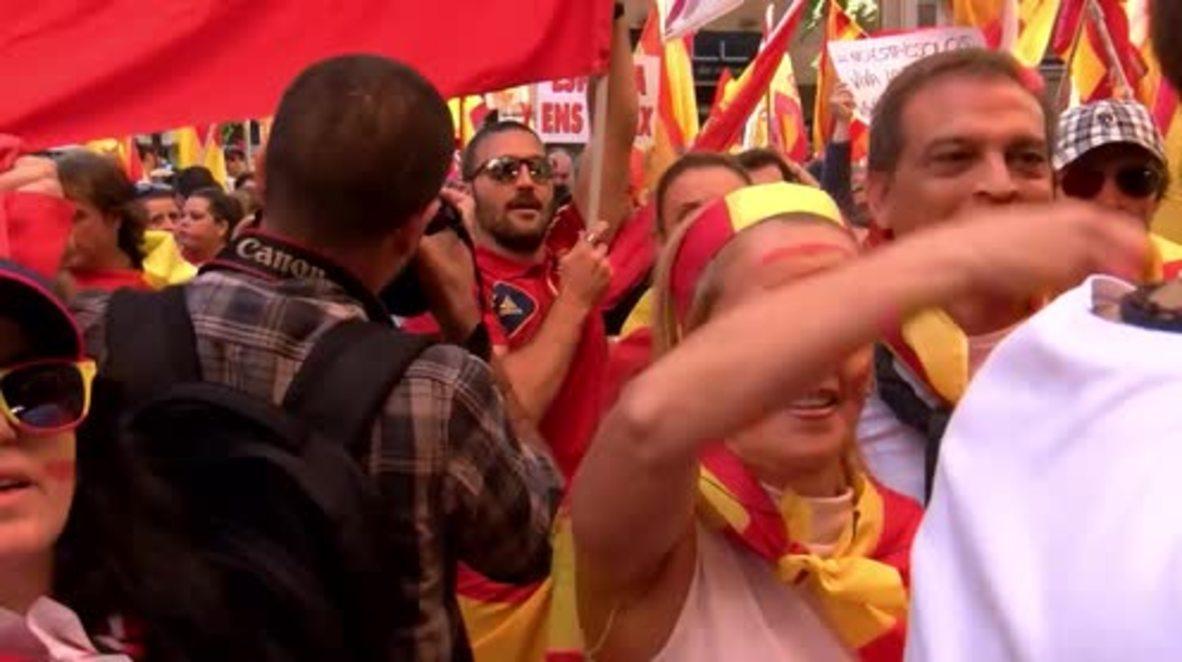 España: Manifestantes unionistas expresan su agradecimiento a la Guardia Civil