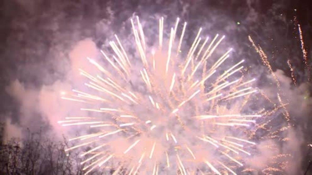 Rusia: Fuegos artificiales iluminan Moscú celebrando el inicio del Festival Mundial de la Juventud y los Estudiantes