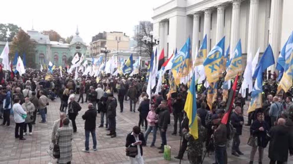 Ukraine: Around 1000 continue anti-corruption protest outside parliament