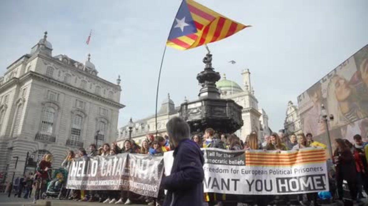 Reino Unido: Decenas se manifiestan en Londres en apoyo de la independencia catalana.