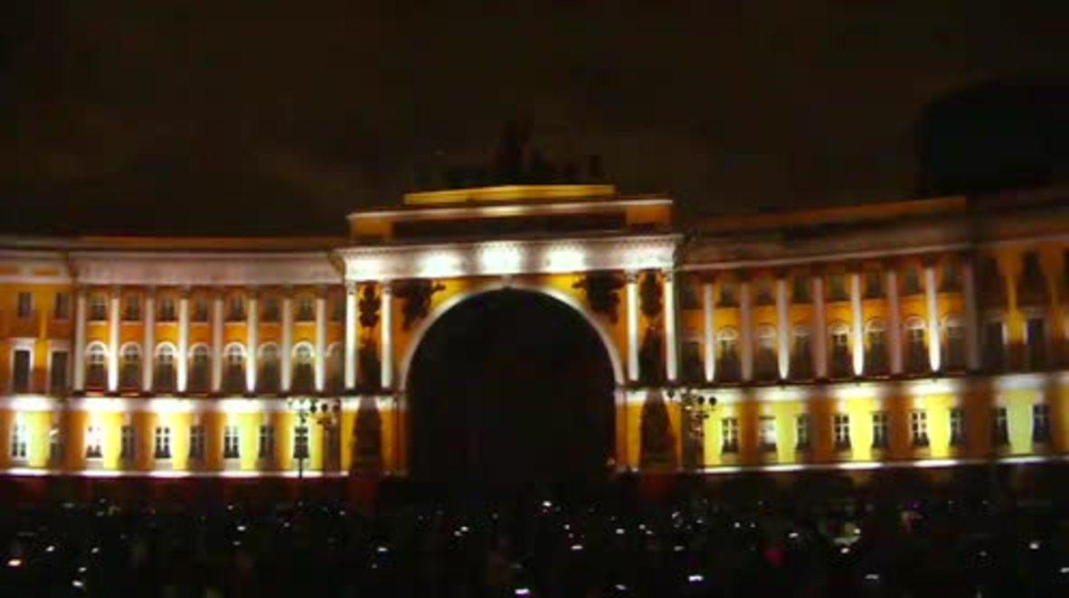 Rusia: Iluminan el Palacio de Invierno de San Petersburgo para el centenario de la Revolución.