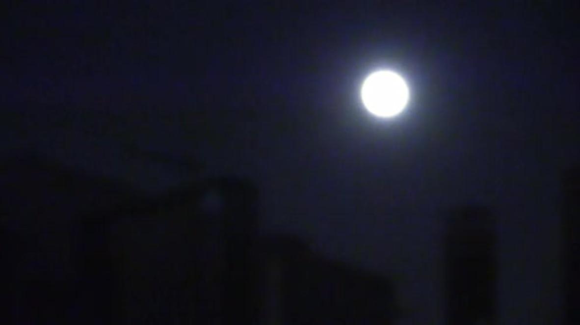 España: La Superluna ilumina la noche una oscura noche en Cataluña