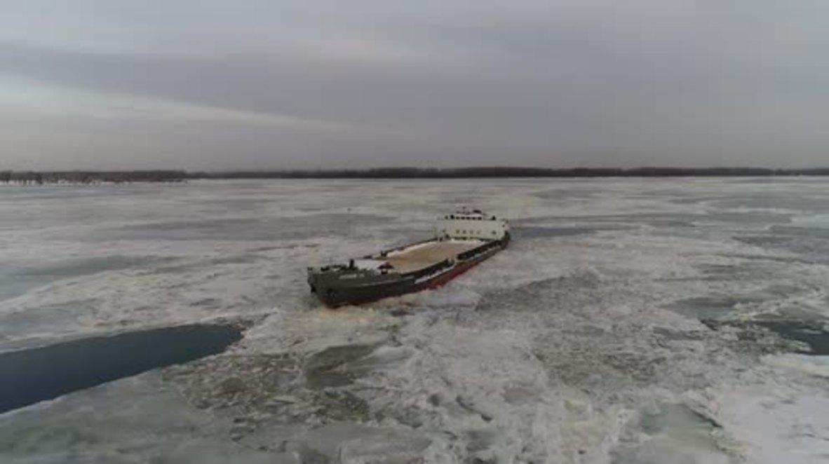 Rusia: Drone captura ferry atrapado en el hielo sobre el río Volga
