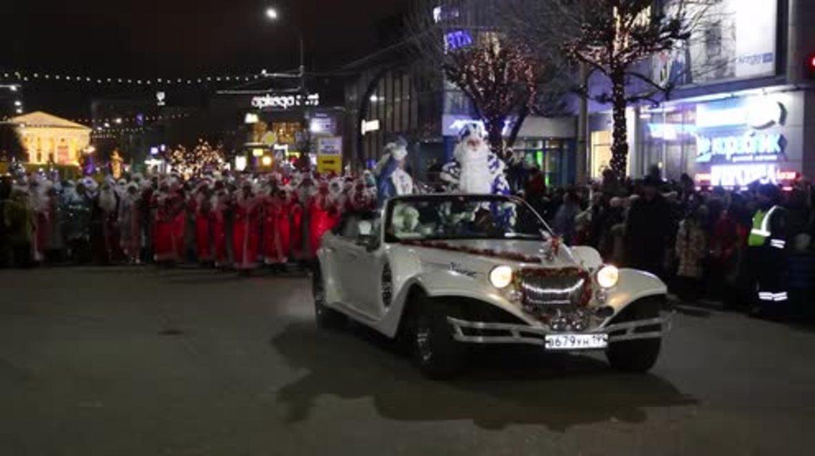 Rusia: ¡Ded Moroz ha llegado a la ciudad! El desfile festivo da comienzo a las vacaciones en Riazán