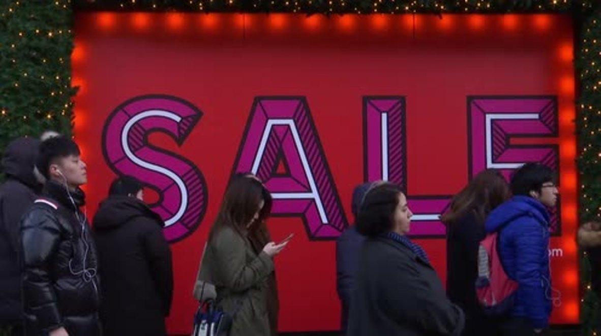 """Reino Unido: Cientos de soñolientos clientes hacen cola desde muy temprano para comprar en el """"Boxing Day"""