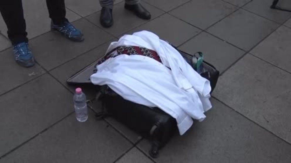 Serbia: Residentes de Kosovo cuelgan ropa en la cerca del edificio del gobierno para protestar contra el aumento de sueldo del primer ministro