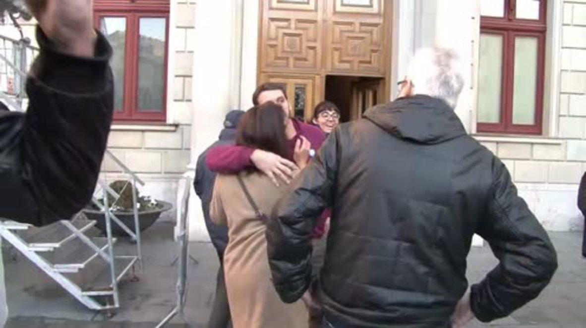 España: Simpatizantes de las CUP muestran su apoyo a dos de sus miembros ante su inminente arresto