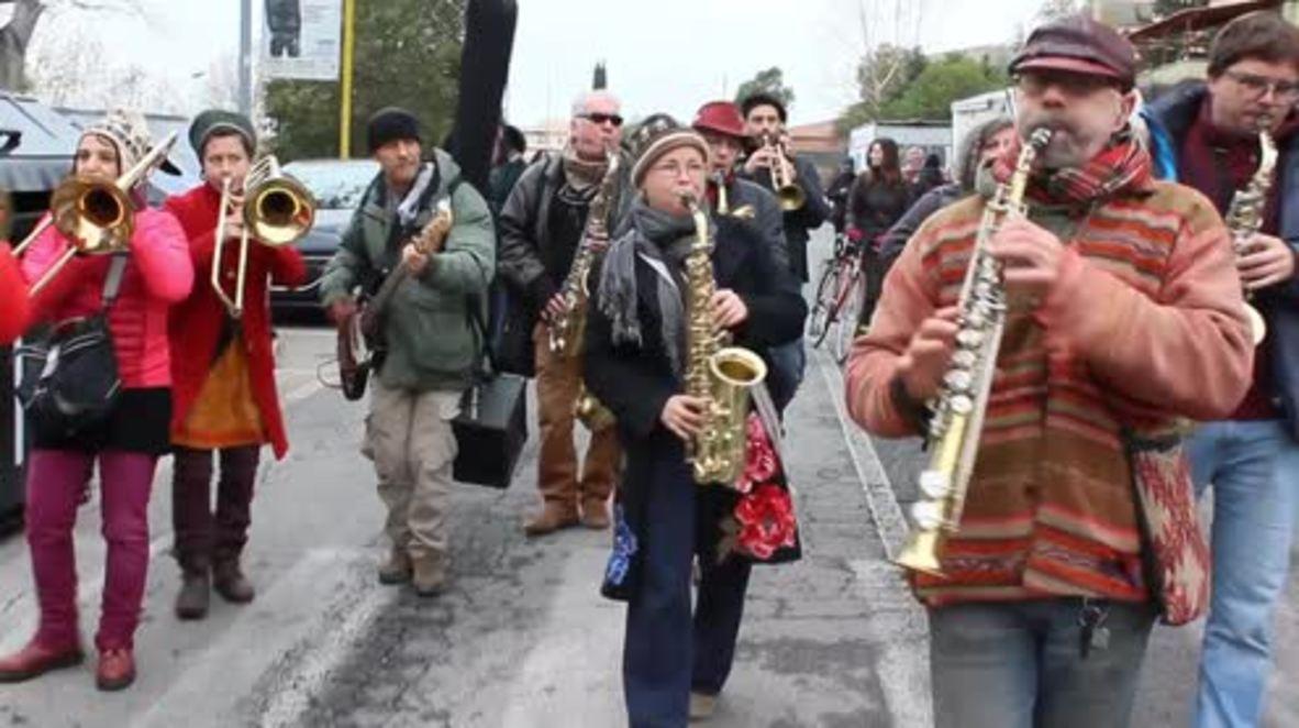 Italy: Romans serenade prisoners for NYE