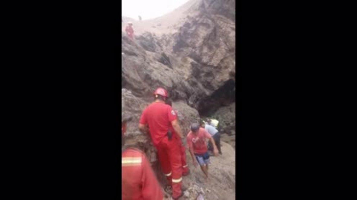 Perú: Trabajo de rescate después de que un autobús cayó desde la 'Curva del Diablo'*EXPLÍCITO*