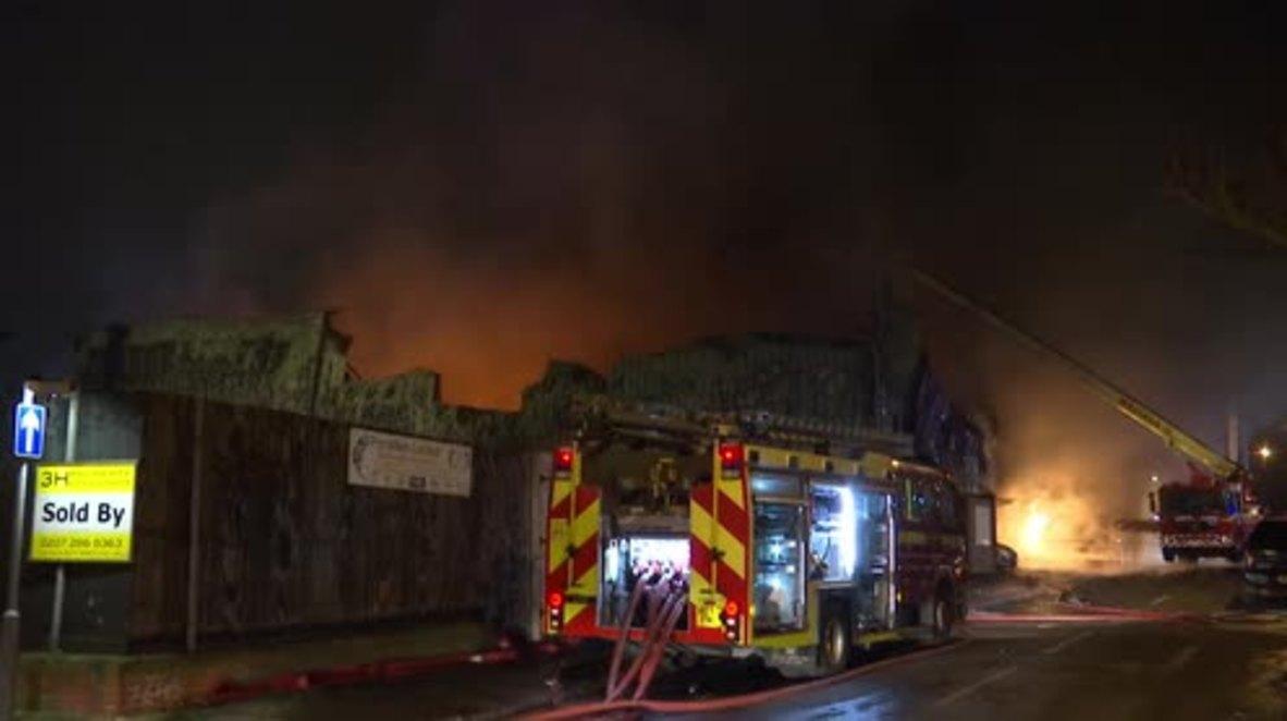 Reino Unido: Mas de 90 bomberos combaten un enorme incendio en una fábrica de pintura de Londres