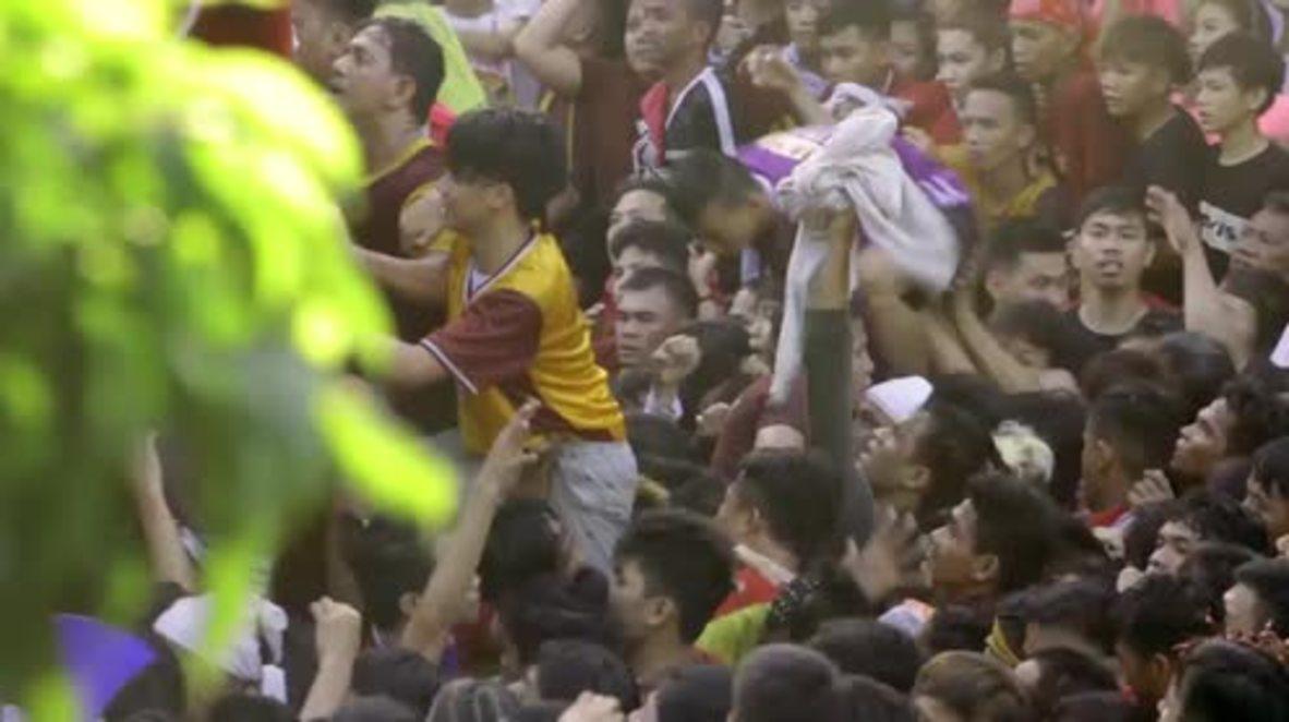 Filipinas: Millones de devotos con los pies descalzos celebran la procesión del Nazareno Negro en Manila