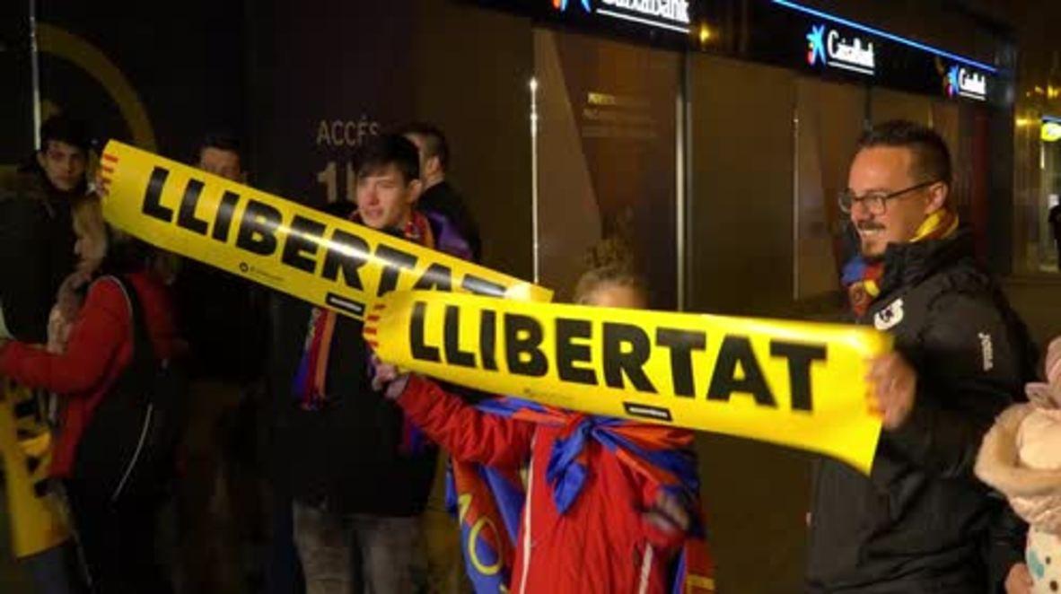 España: Activistas independentistas reparten 20,000 carteles en un partido del FC Barcelona