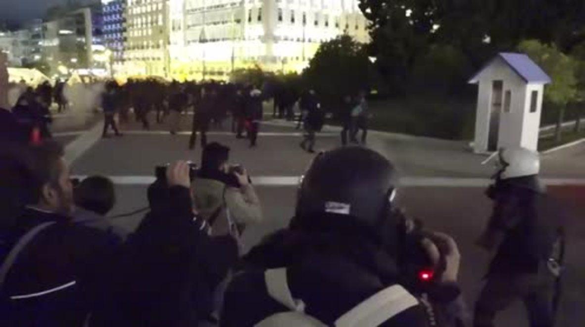 Grecia: Enfrentamientos con gases lacrimógenos y piedras durante protestas contra nuevos recortes