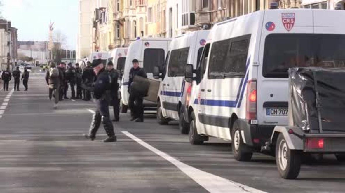 Francia: Policía dispersa a los manifestantes en Calais durante la visita de Macron
