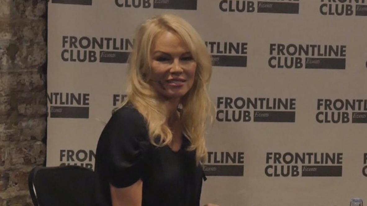 Reino Unido: Pamela Anderson habla sobre Putin y WikiLeaks en la presentación de un libro en Londres