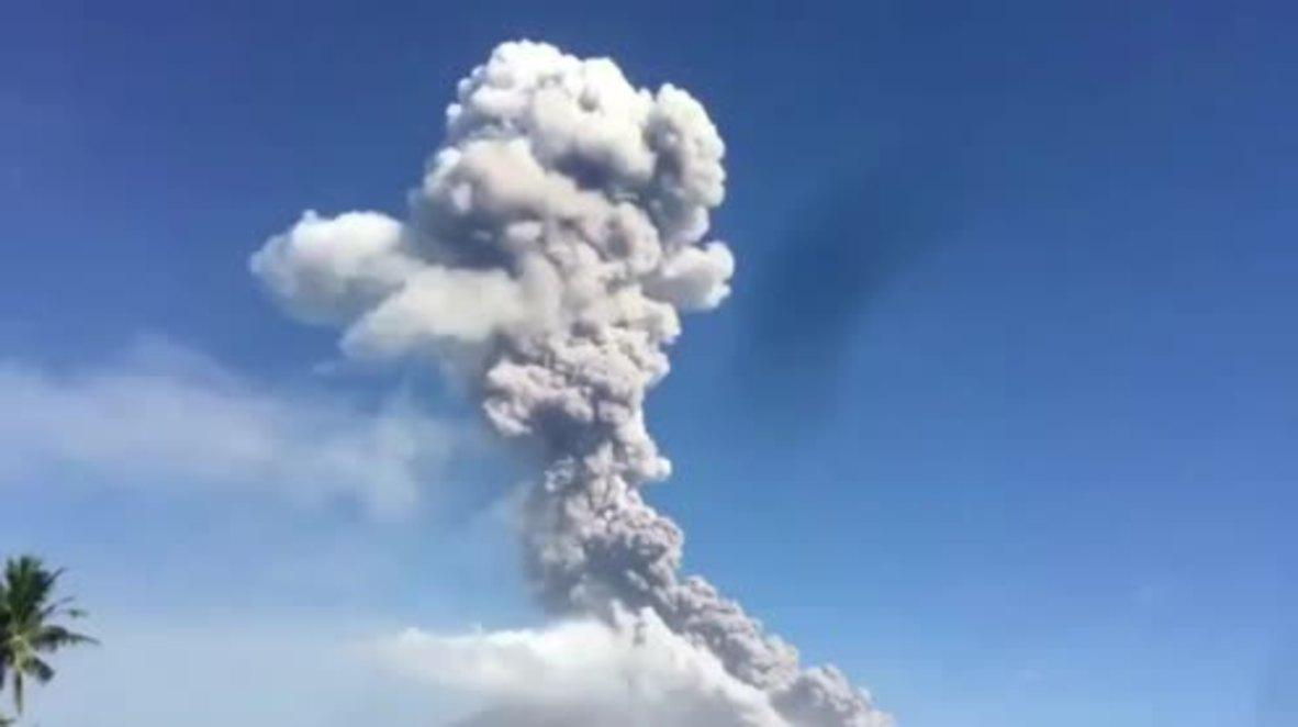 Filipinas: La Cruz Roja distribuye miles de mascarillas tras la erupción del volcán del monte Mayón