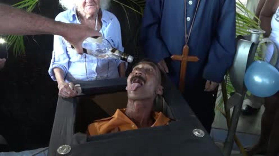 """Cuba: """"Jugando con la muerte"""" – Los cubanos de Santiago de la Vegas celebran un funeral atípico."""