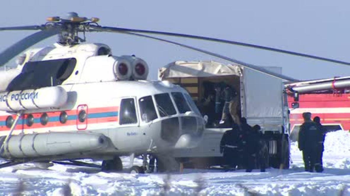 Rusia: Trabajadores de los servicios de emergencias retiran los escombros del lugar del accidente aéreo