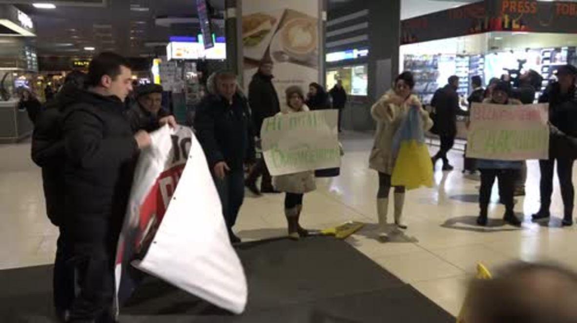 Ucrania: Partidarios protestan contra la deportación de Saakashvili en el aeropuerto de Kiev