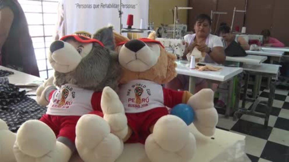 Perú: Reclusas fabrican peluches no oficiales para la Copa Mundial de Rusia 2018 en una cárcel de mujeres estatal