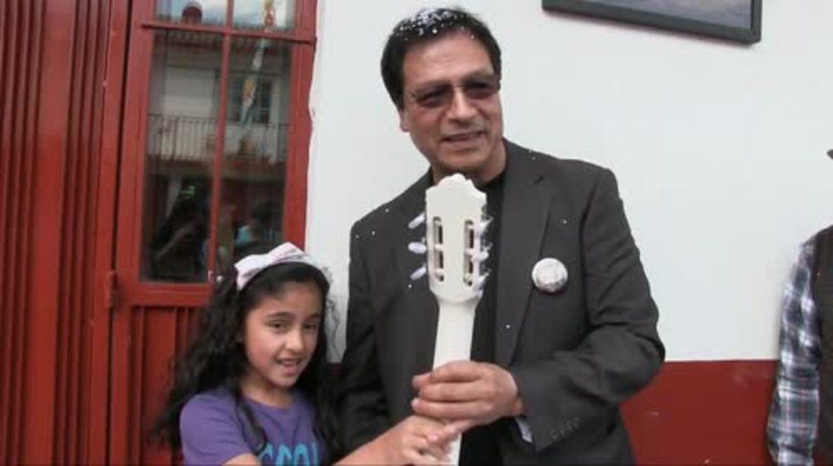México: El lutier que creó la guitarra de `Coco´ es recibido como un héroe en su pueblo natal mexicano