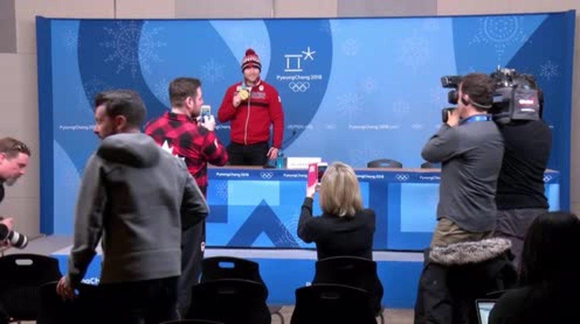 Corea del Sur: El esquiador canadiense Brady Leman muestra su medalla de oro durante una rueda de prensa
