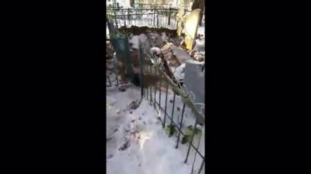 Rusia: Interrumpen el descanso eterno al desenterrar un ataúd en un cementerio en Kaluga