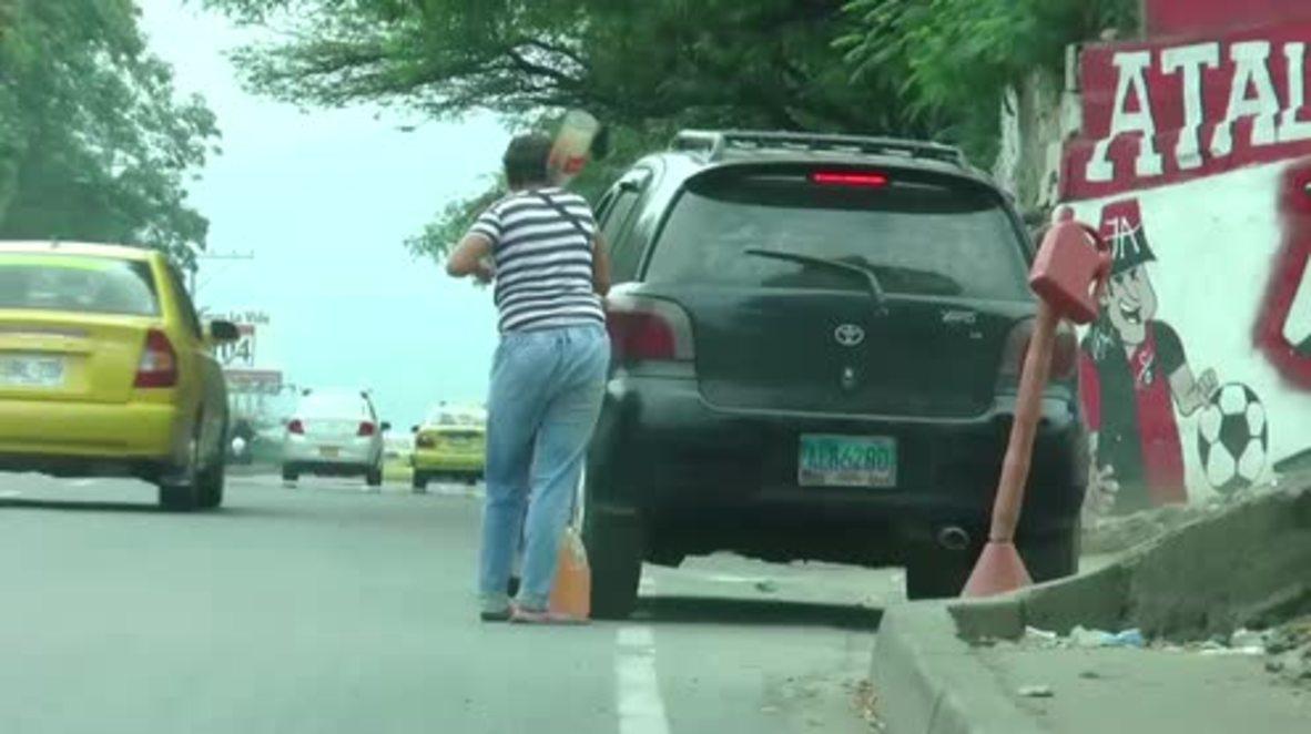 Colombia: 'Pimpineros' - Contrabandistas venezolanos venden gasolina en la frontera para sobrevivir