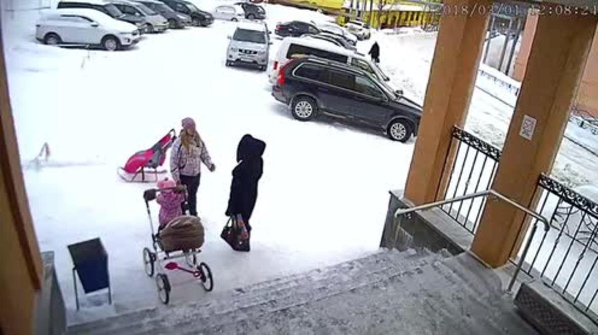 Rusia: Avalancha urbana de nieve golpea a mamá y su bebé