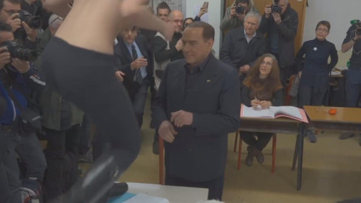 Italia: Activista de FEMEN irrumpe en la votación de Silvio Berlusconi * EXPLÍCITO *