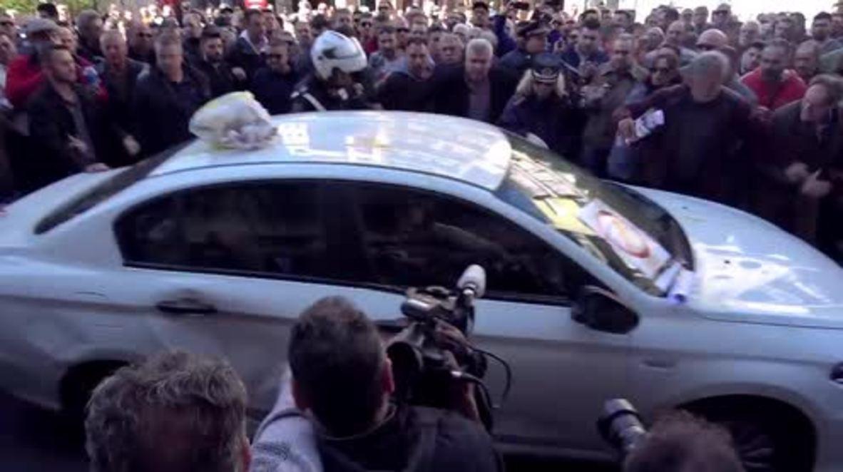 Grecia: Taxistas agreden a conductores de Uber en una protesta en Atenas