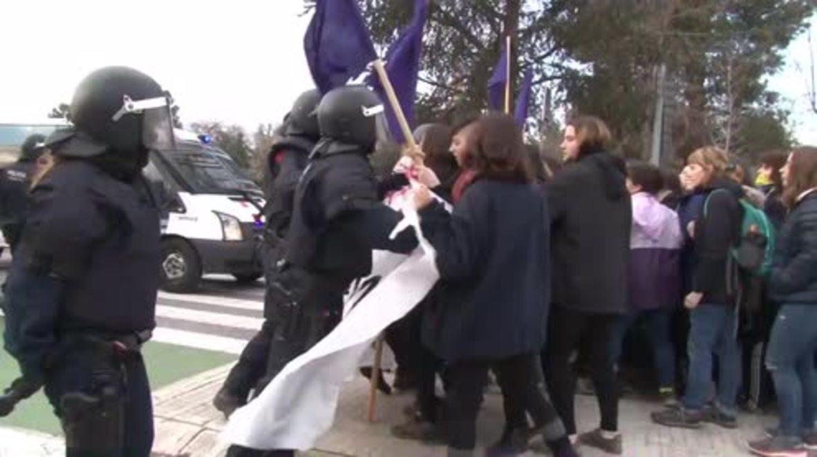 España: Activistas y policías se enfrentan en Cerdanyola del Vallès durante el Día Internacional de la Mujer