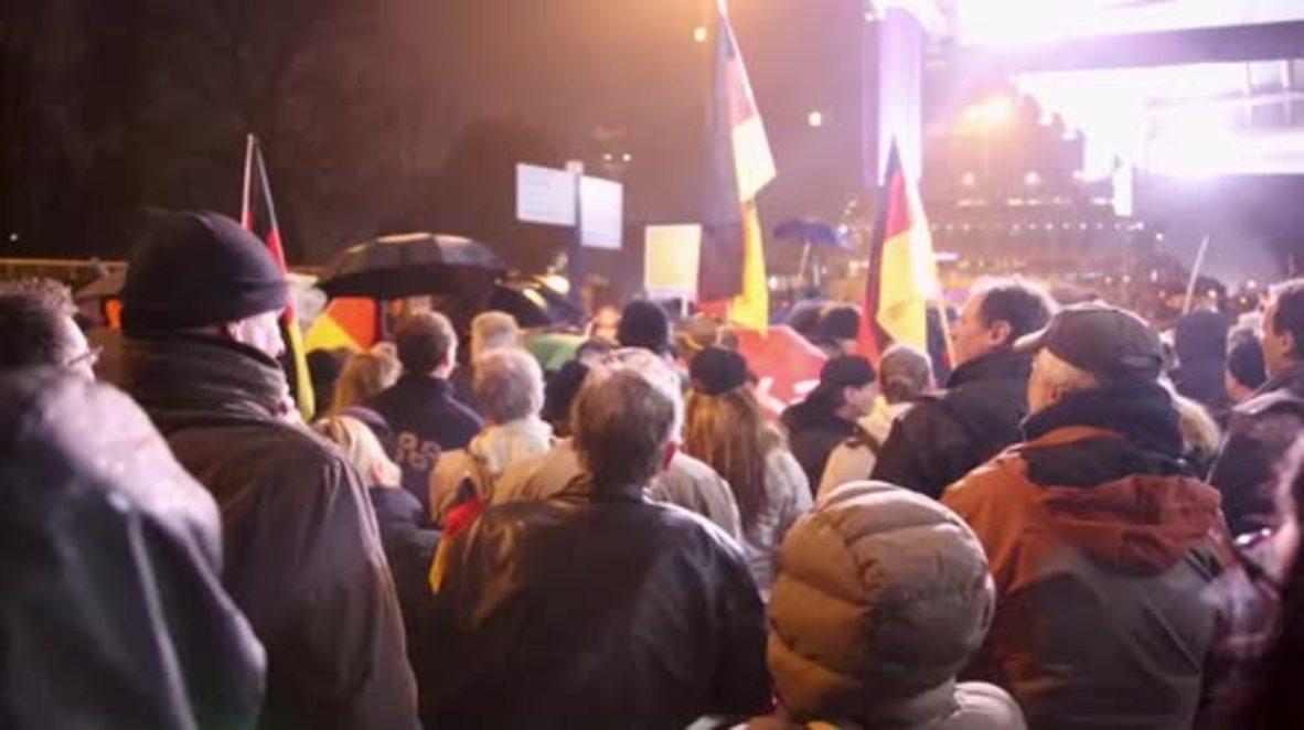 """Alemania: """"Merkel debe irse"""" - manifestación de derecha atrae contra protesta"""