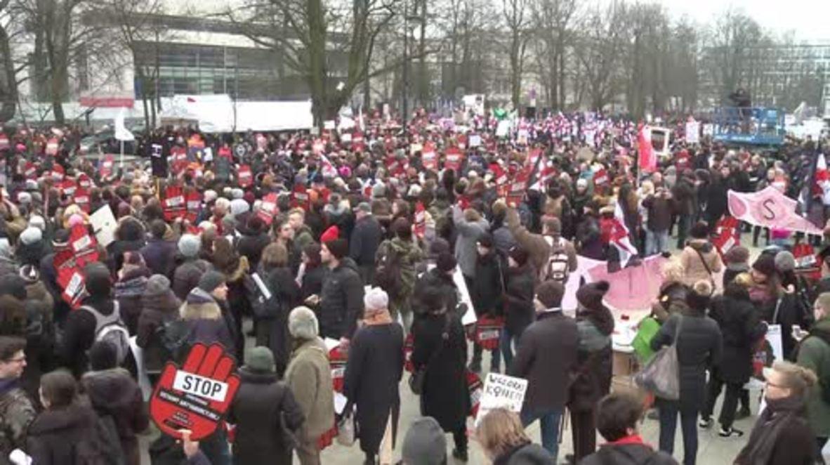 Polonia: Mujeres protestan contra la nueva ley del aborto frente al Parlamento en Varsovia