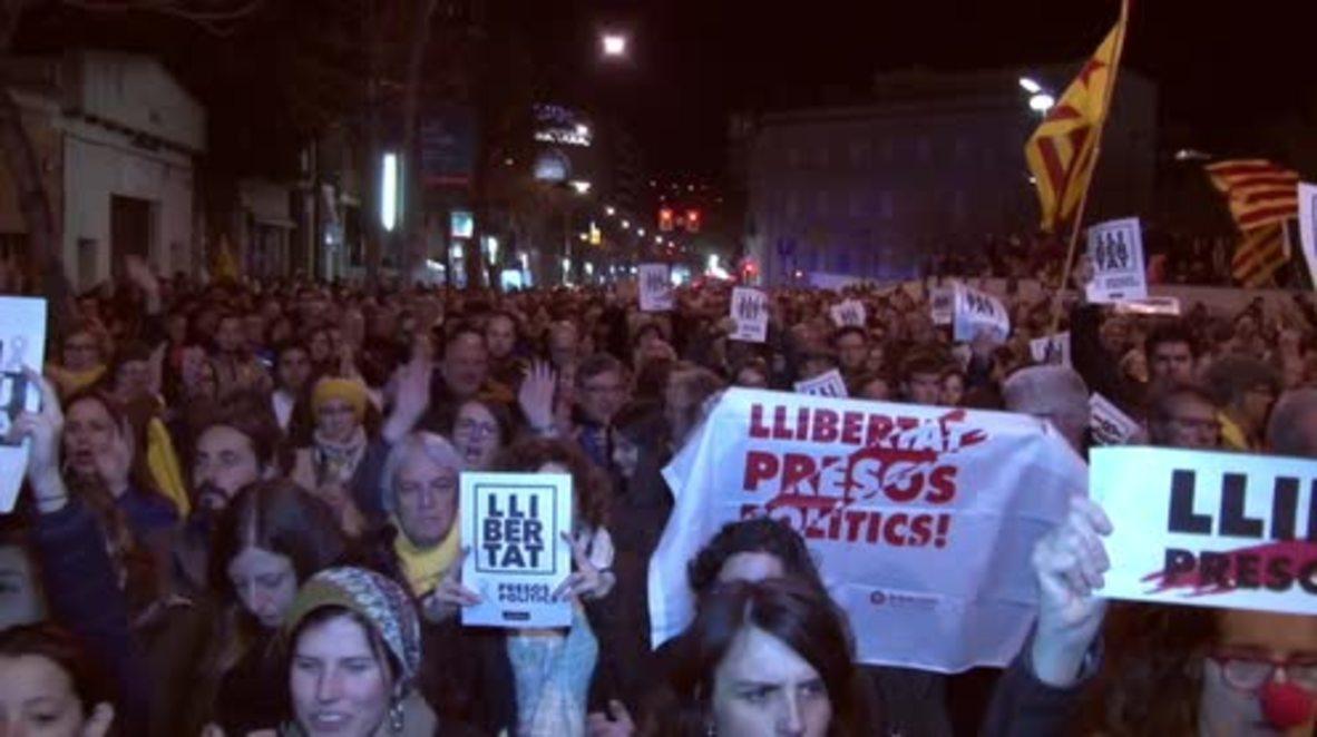 España: Protestas en Cataluña contra la decisión del tribunal de encarcelar a otros cinco políticos catalanes