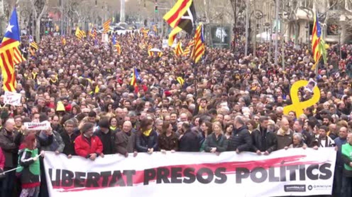 España: Enfrentamientos con la policía en una manifestación de apoyo a Carles Puigdemont en Barcelona