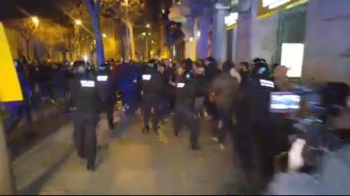 España: La policía emplea la fuerza contra los manifestantes en una manifestación de apoyo a Puigdemont
